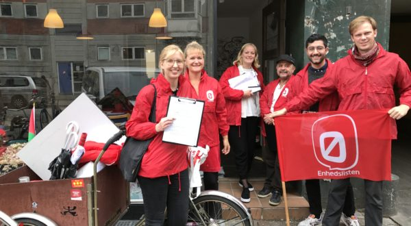 Enhedslistemedlemmer fra København er i Mjølnerparken for at flytte lokalpolitik tættere på borgerne.